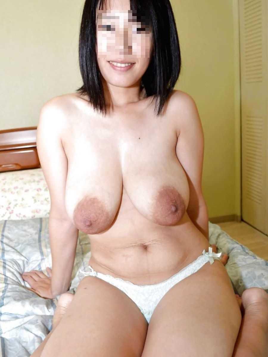 垂れ乳の人妻エロ画像 41