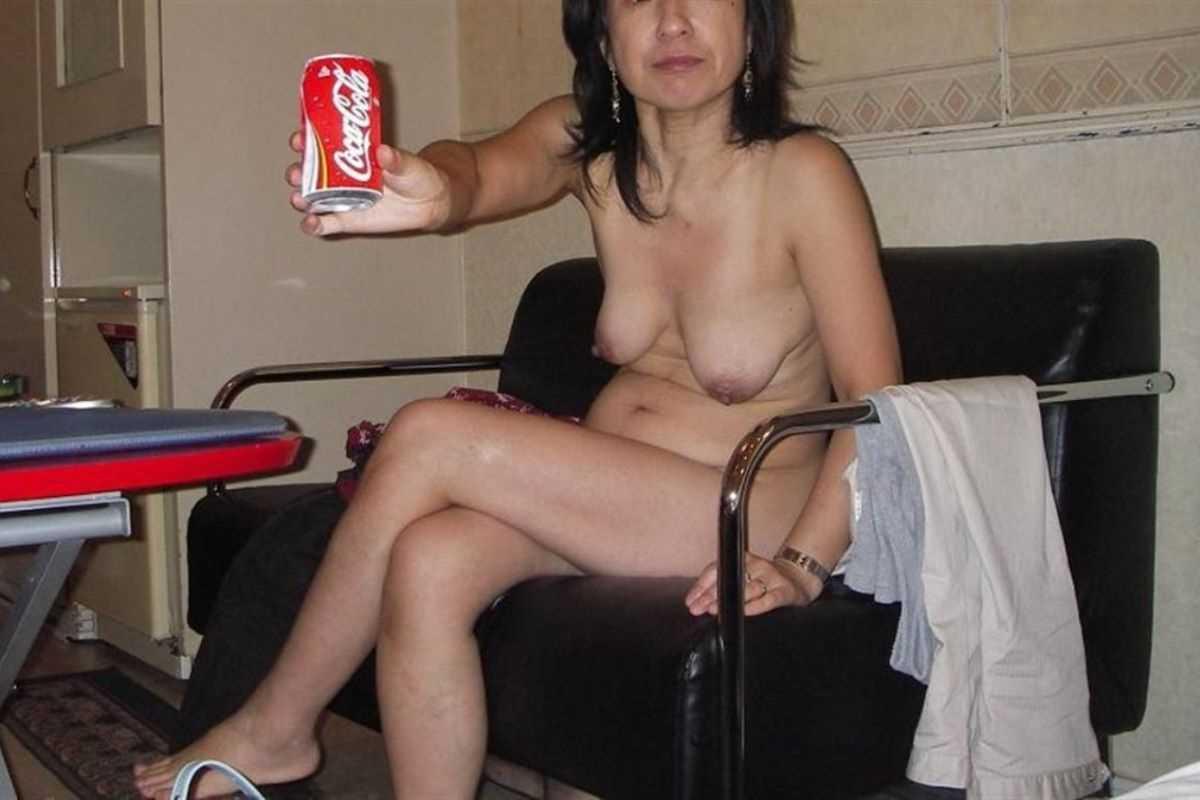 垂れ乳の人妻エロ画像 45