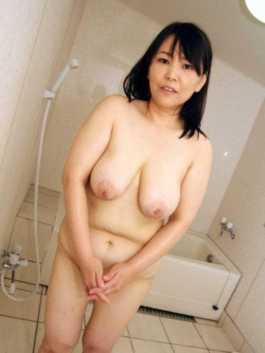 垂れ乳の人妻エロ画像 51