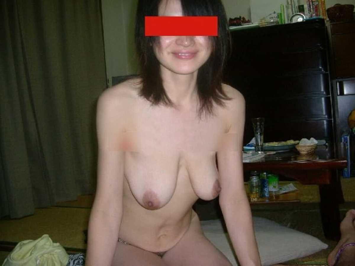垂れ乳の人妻エロ画像 54
