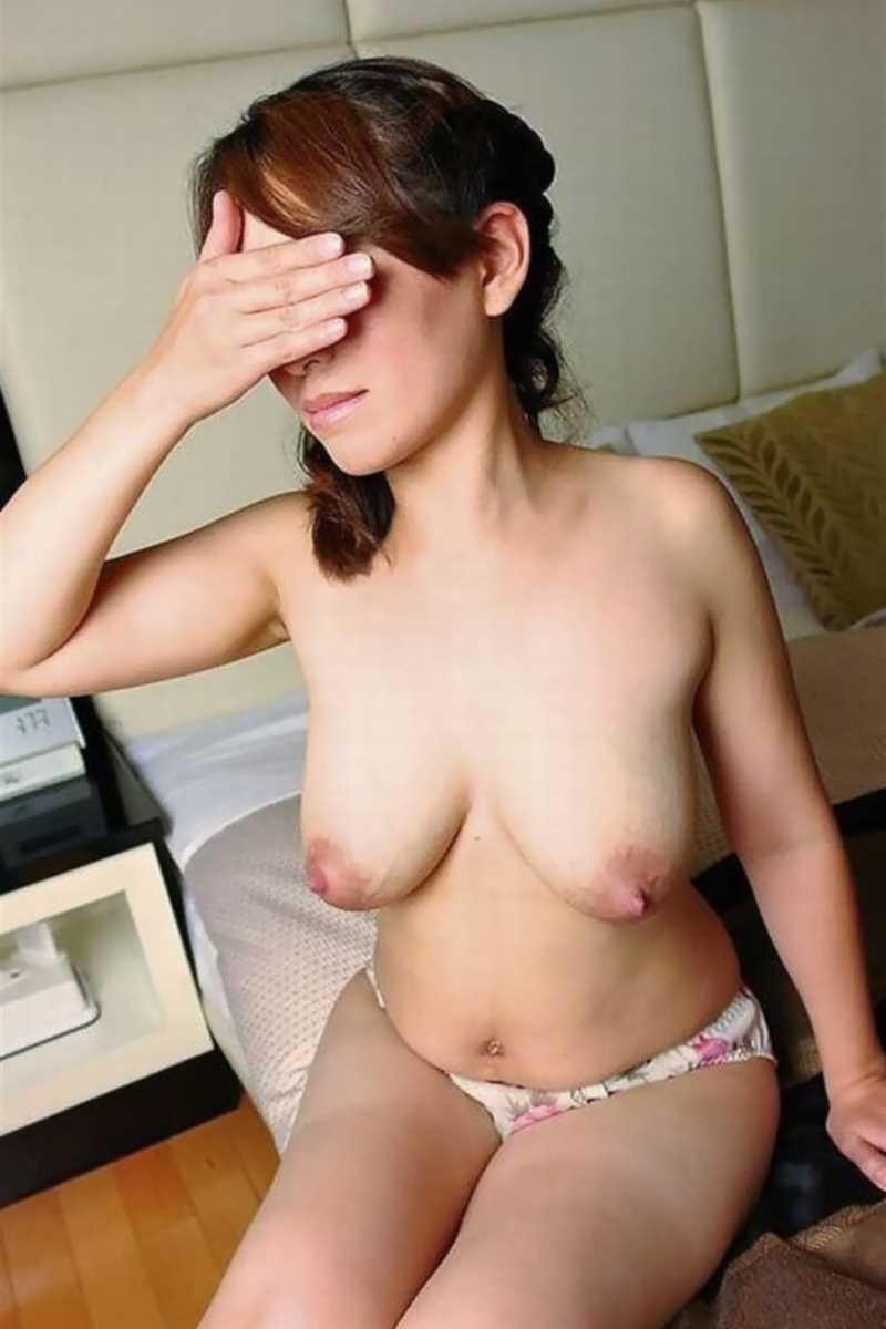 垂れ乳の人妻エロ画像 57