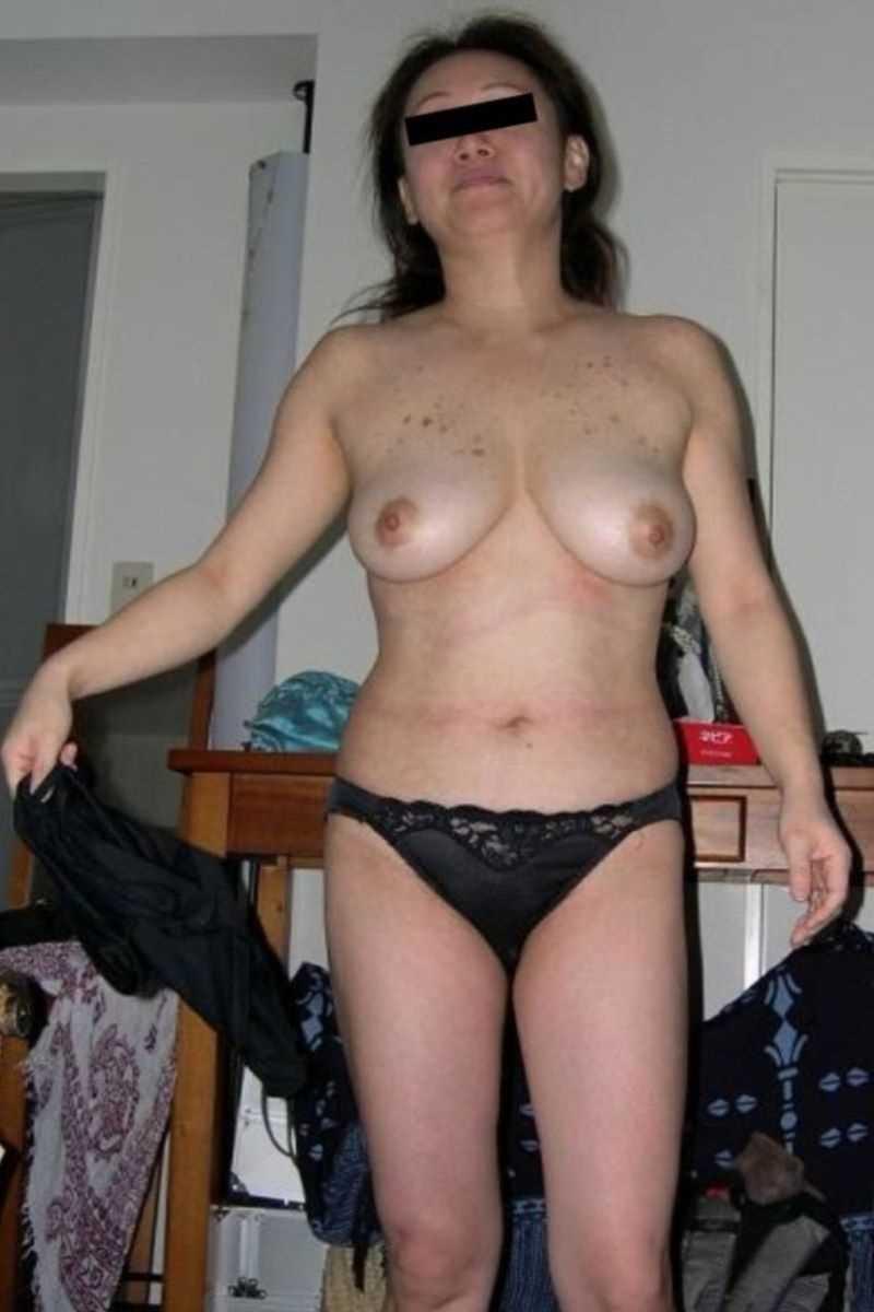 垂れ乳の人妻エロ画像 62