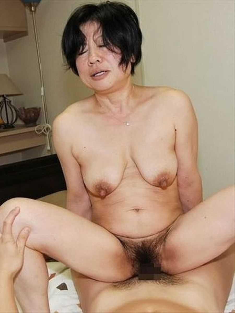 垂れ乳の人妻エロ画像 79
