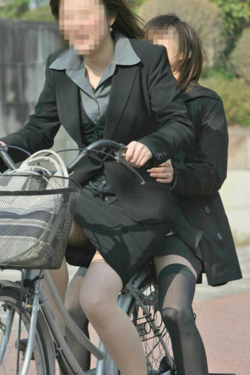 タイトスカートOLの自転車パンチラ画像 1
