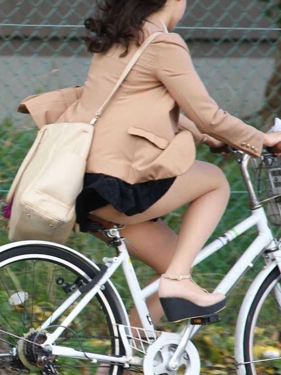 タイトスカートOLの自転車パンチラ画像 2