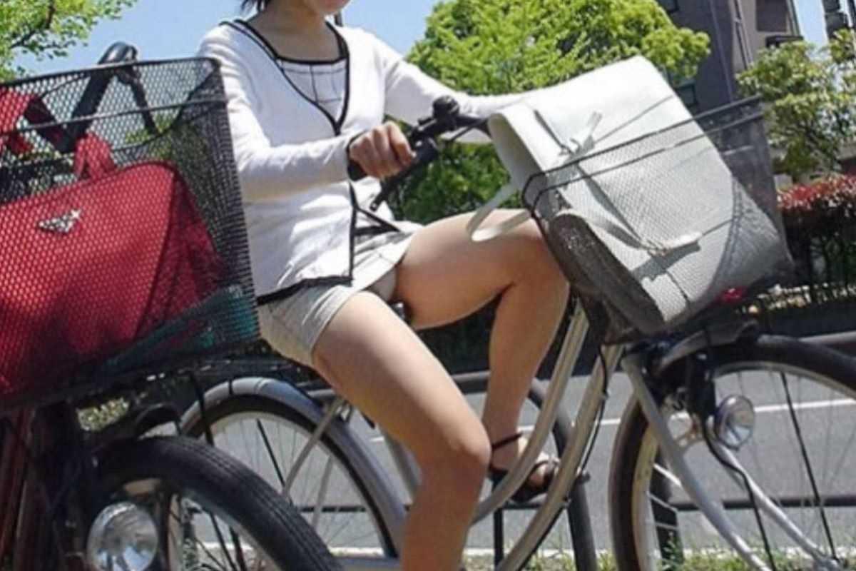 タイトスカートOLの自転車パンチラ画像 3
