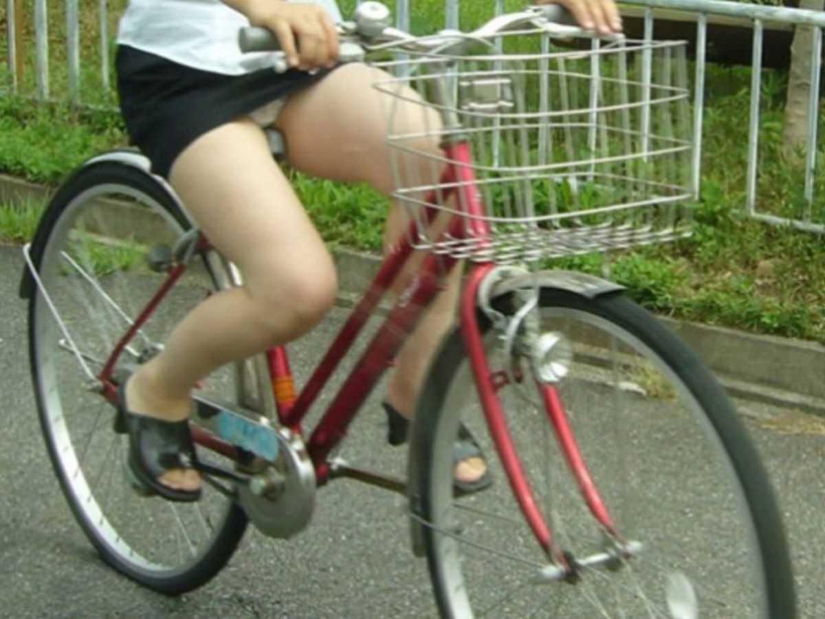 タイトスカートOLの自転車パンチラ画像 4