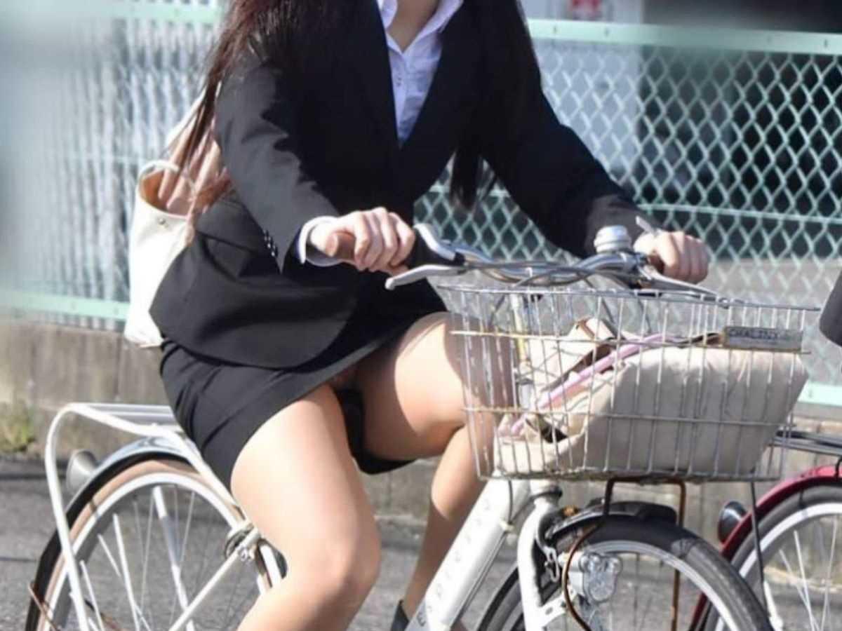 タイトスカートOLの自転車パンチラ画像 6