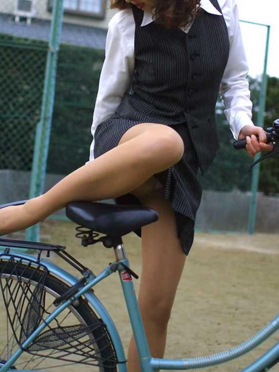 タイトスカートOLの自転車パンチラ画像 7