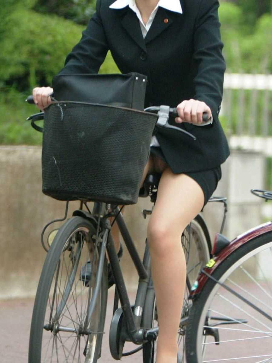 タイトスカートOLの自転車パンチラ画像 8