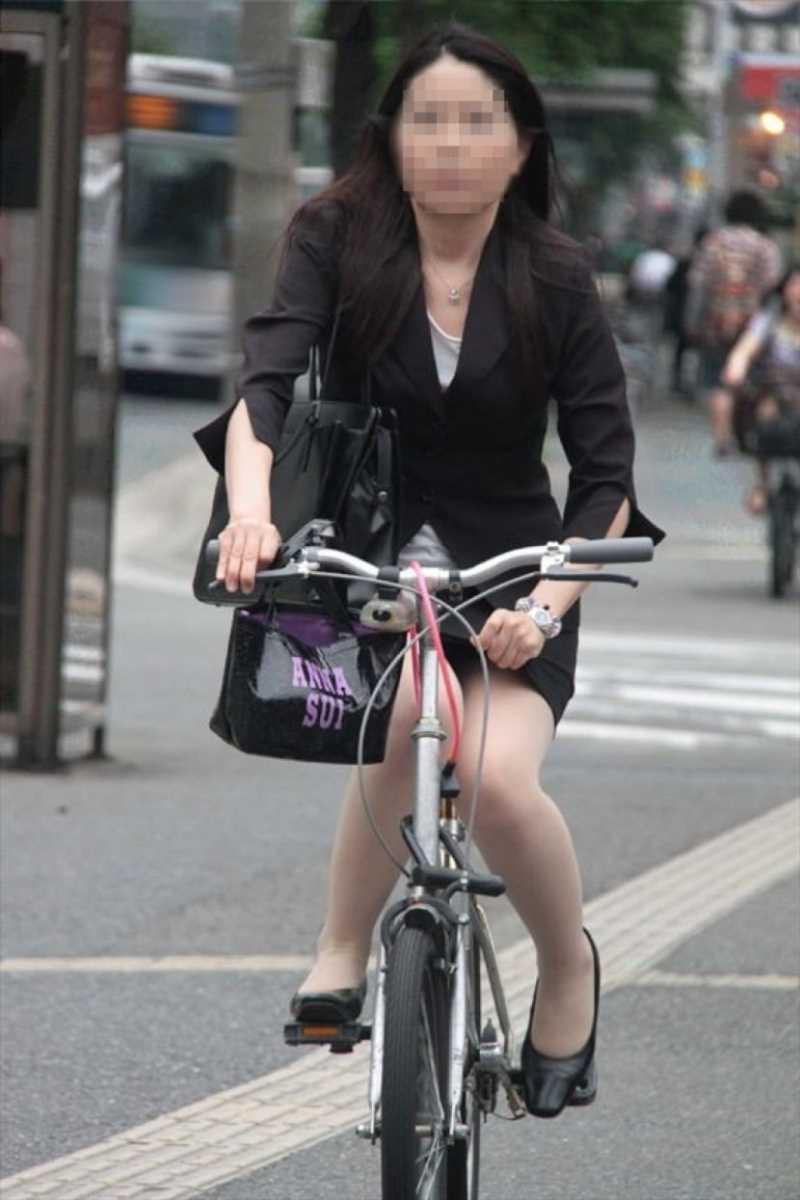 タイトスカートOLの自転車パンチラ画像 10