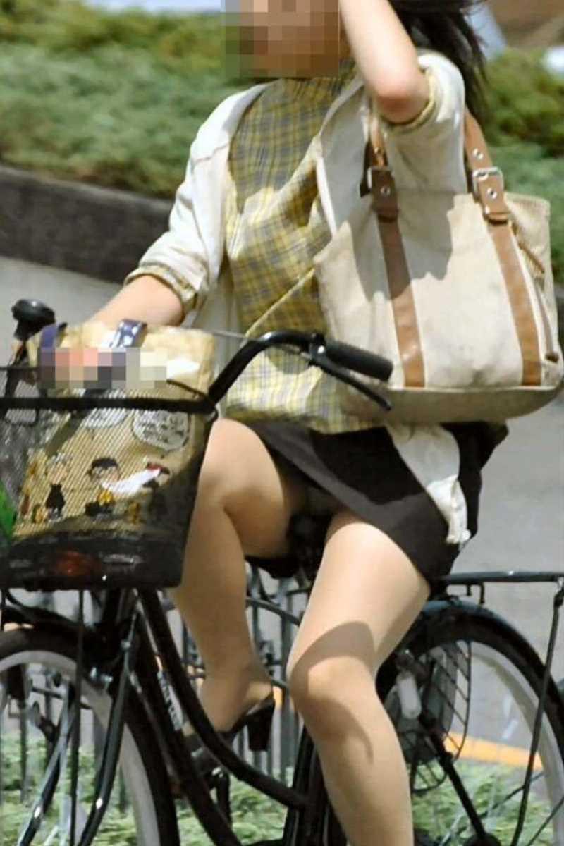 タイトスカートOLの自転車パンチラ画像 11