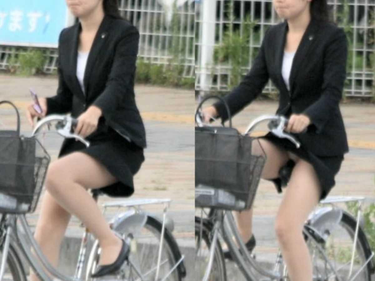 タイトスカートOLの自転車パンチラ画像 13