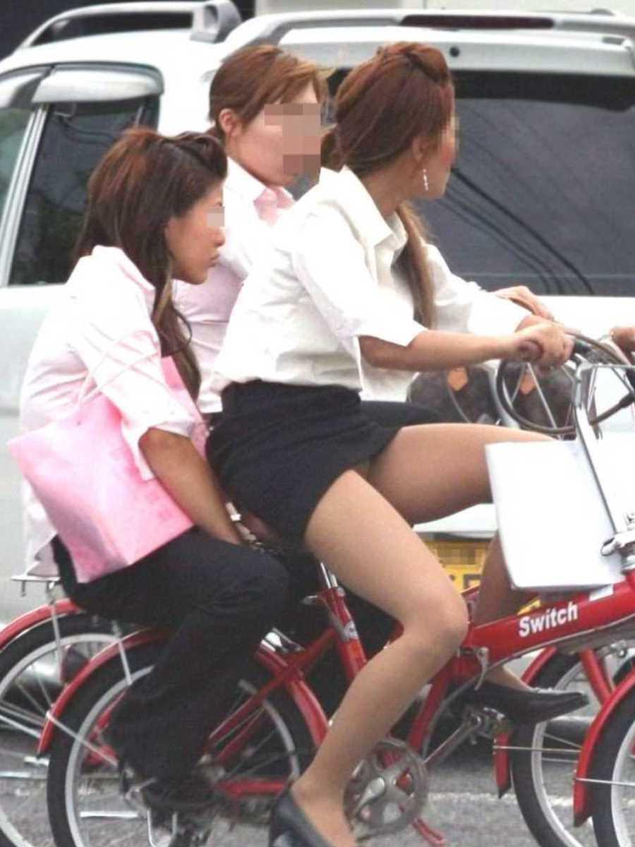 タイトスカートOLの自転車パンチラ画像 16