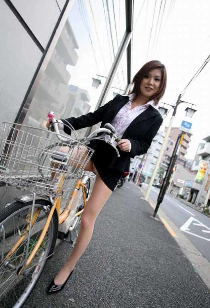 タイトスカートOLの自転車パンチラ画像 19