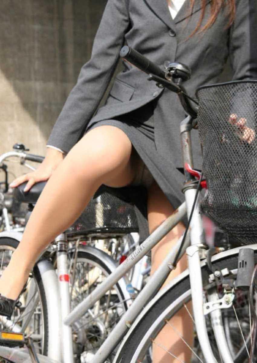 タイトスカートOLの自転車パンチラ画像 20