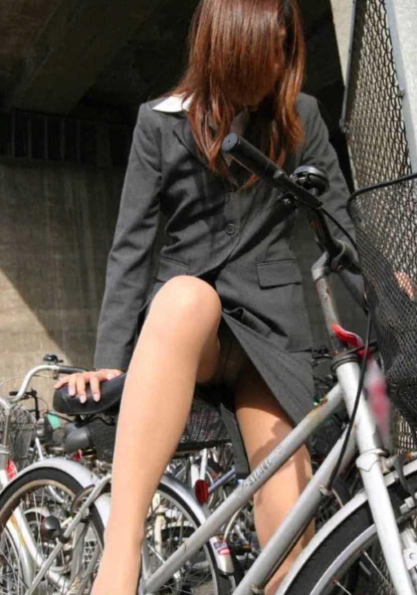 タイトスカートOLの自転車パンチラ画像 21