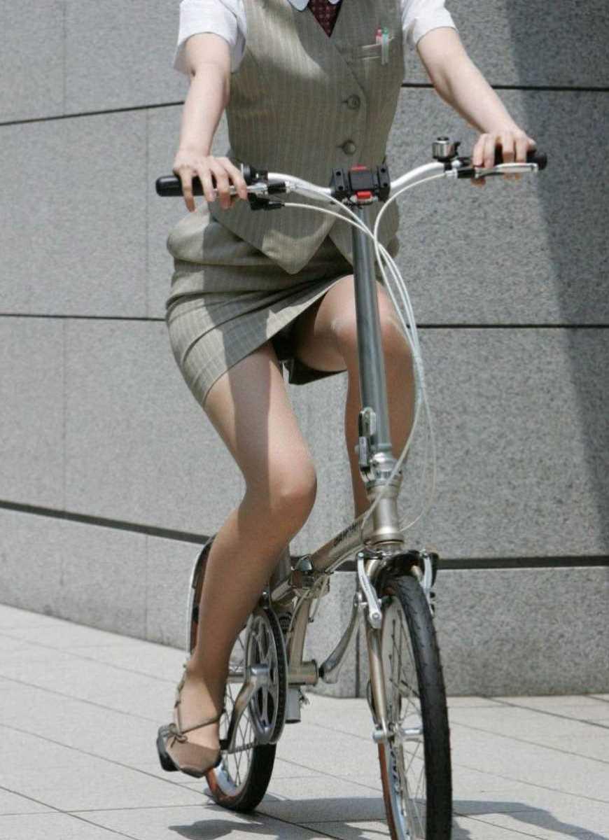 タイトスカートOLの自転車パンチラ画像 22