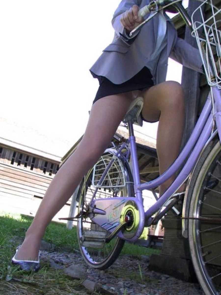 タイトスカートOLの自転車パンチラ画像 24