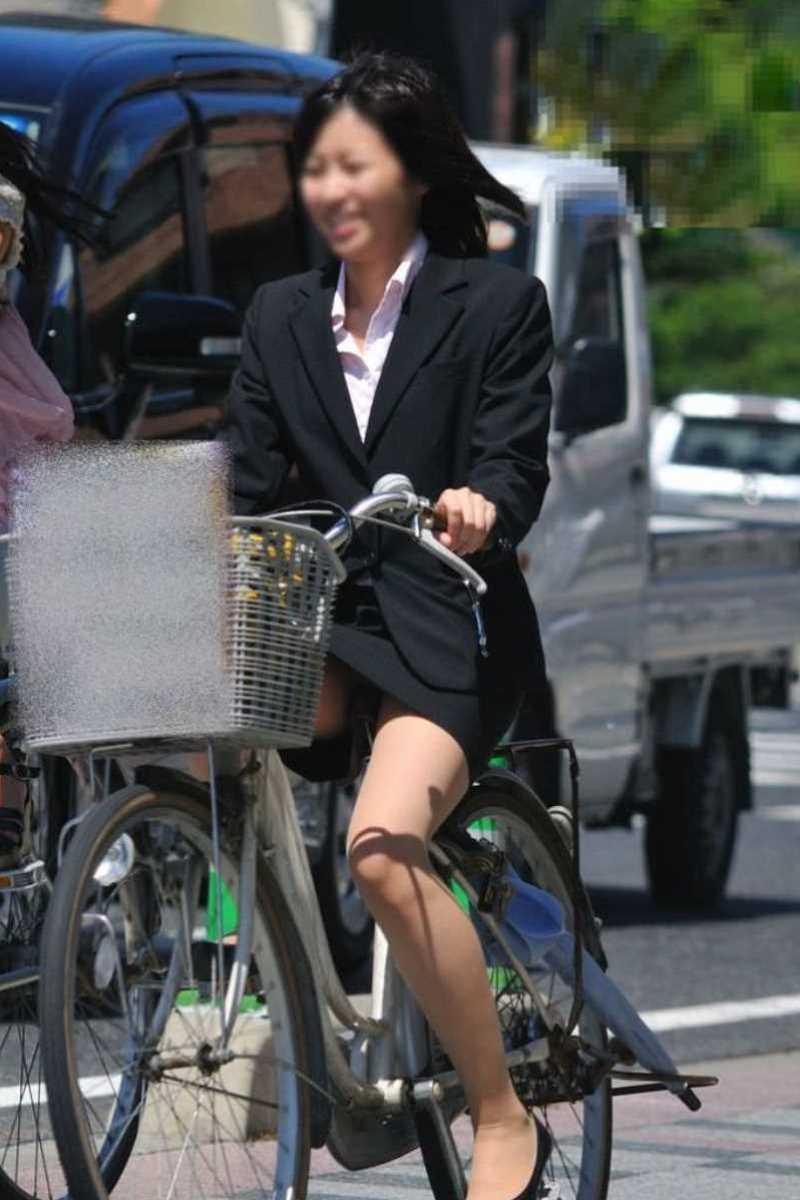 タイトスカートOLの自転車パンチラ画像 27