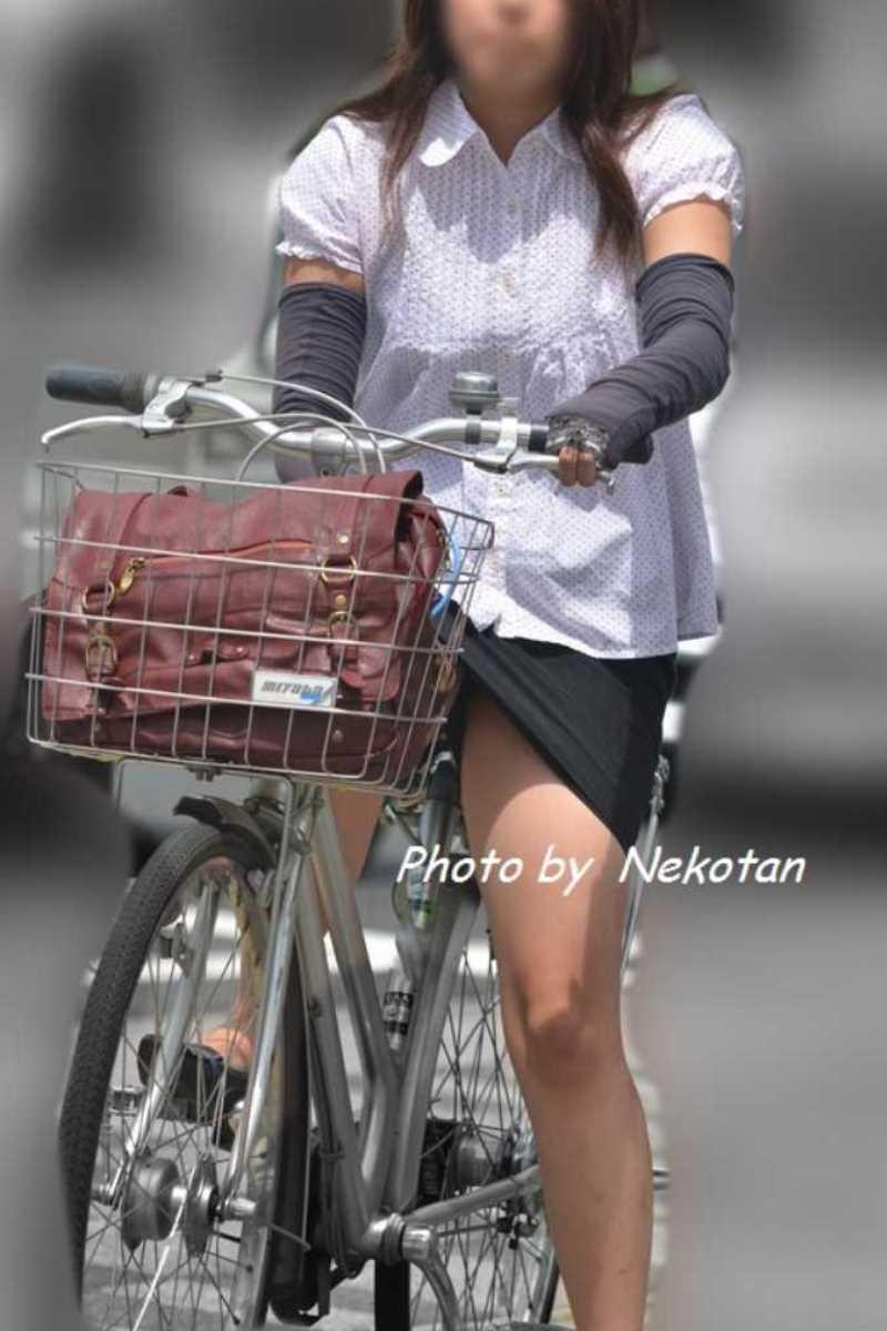 タイトスカートOLの自転車パンチラ画像 28