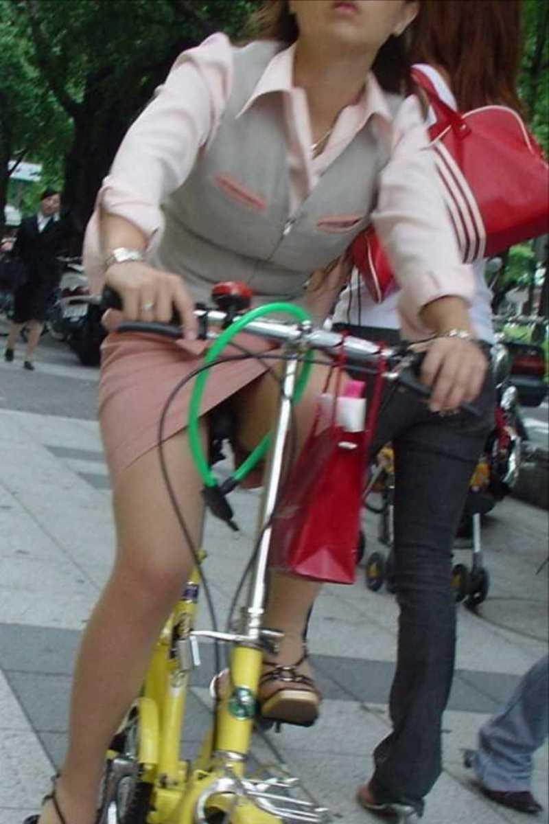 タイトスカートOLの自転車パンチラ画像 32
