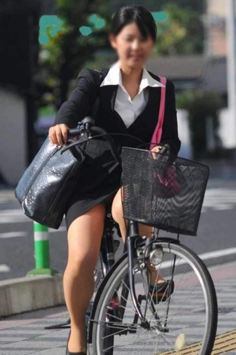 タイトスカートOLの自転車パンチラ画像 34