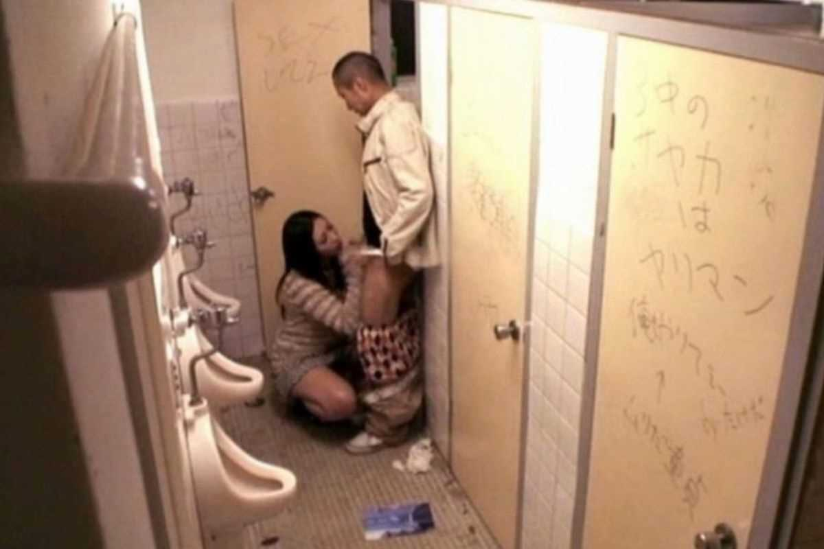 公衆便所などトイレのフェラチオ画像 40