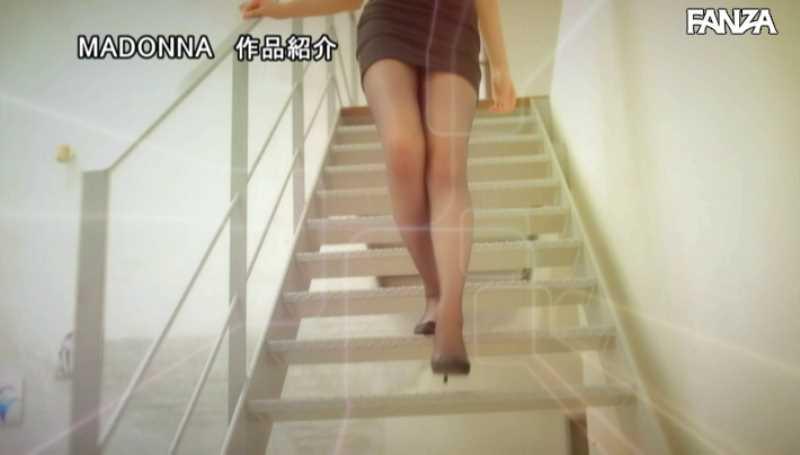 美脚の人妻CA青山翔エロ画像 15