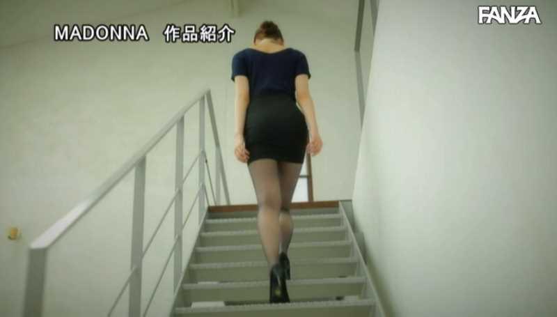 美脚の人妻CA青山翔エロ画像 21