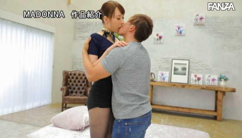 美脚の人妻CA青山翔エロ画像 33