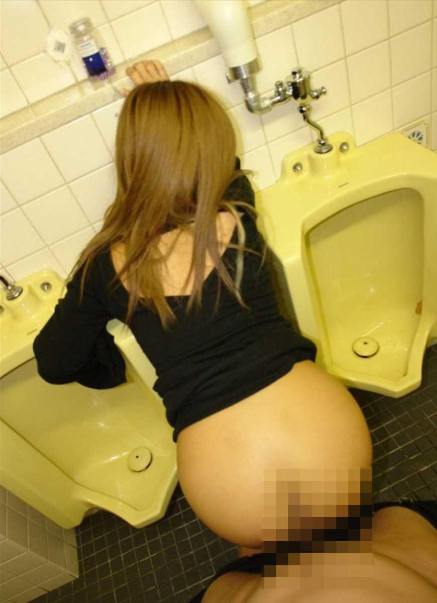 公衆便所などトイレのセックス画像 15
