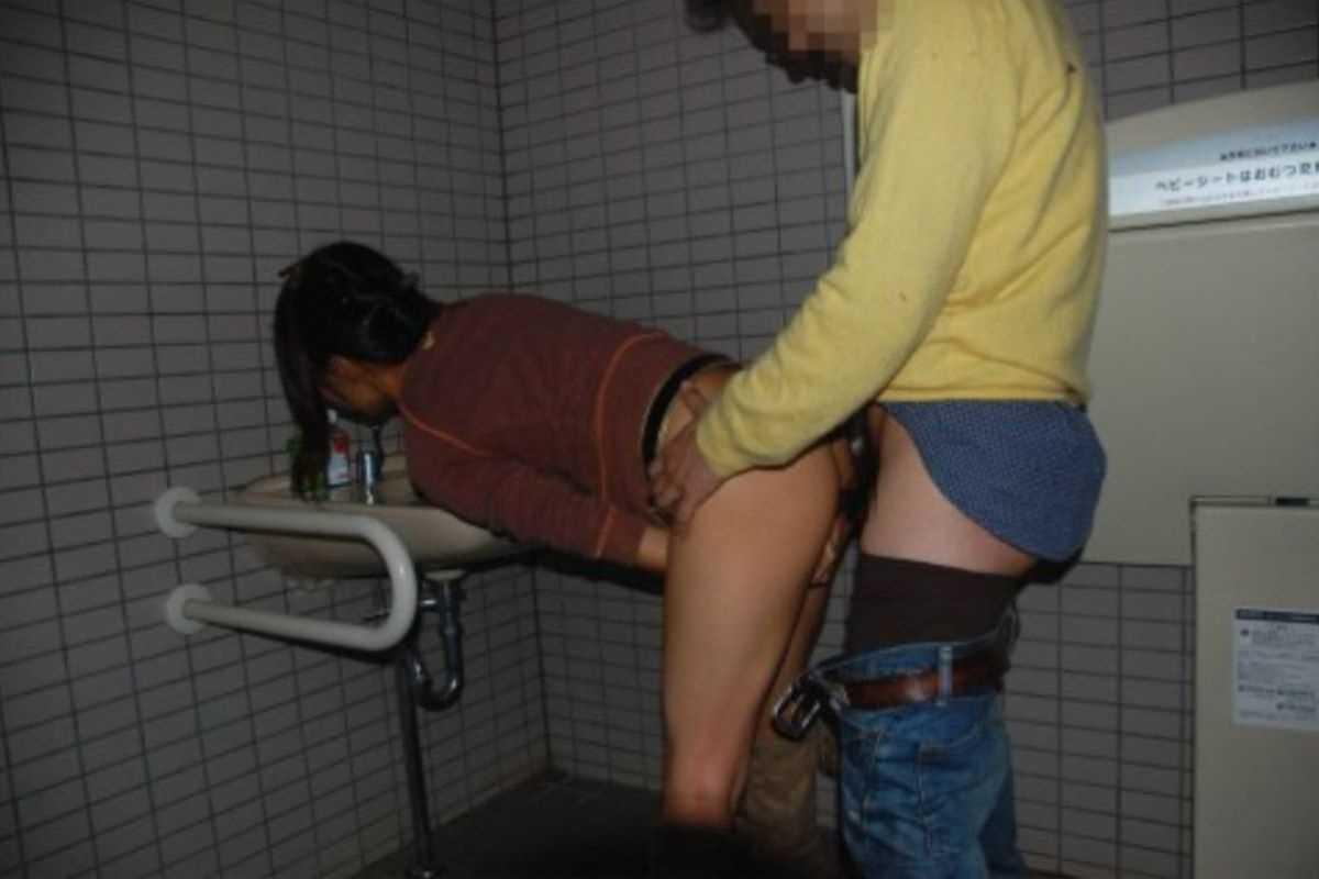 公衆便所などトイレのセックス画像 42