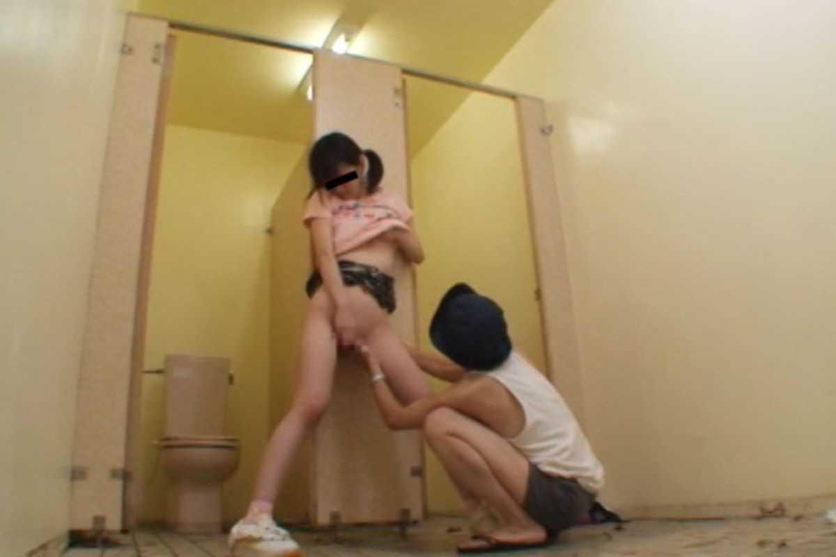 公衆便所などトイレのセックス画像 68