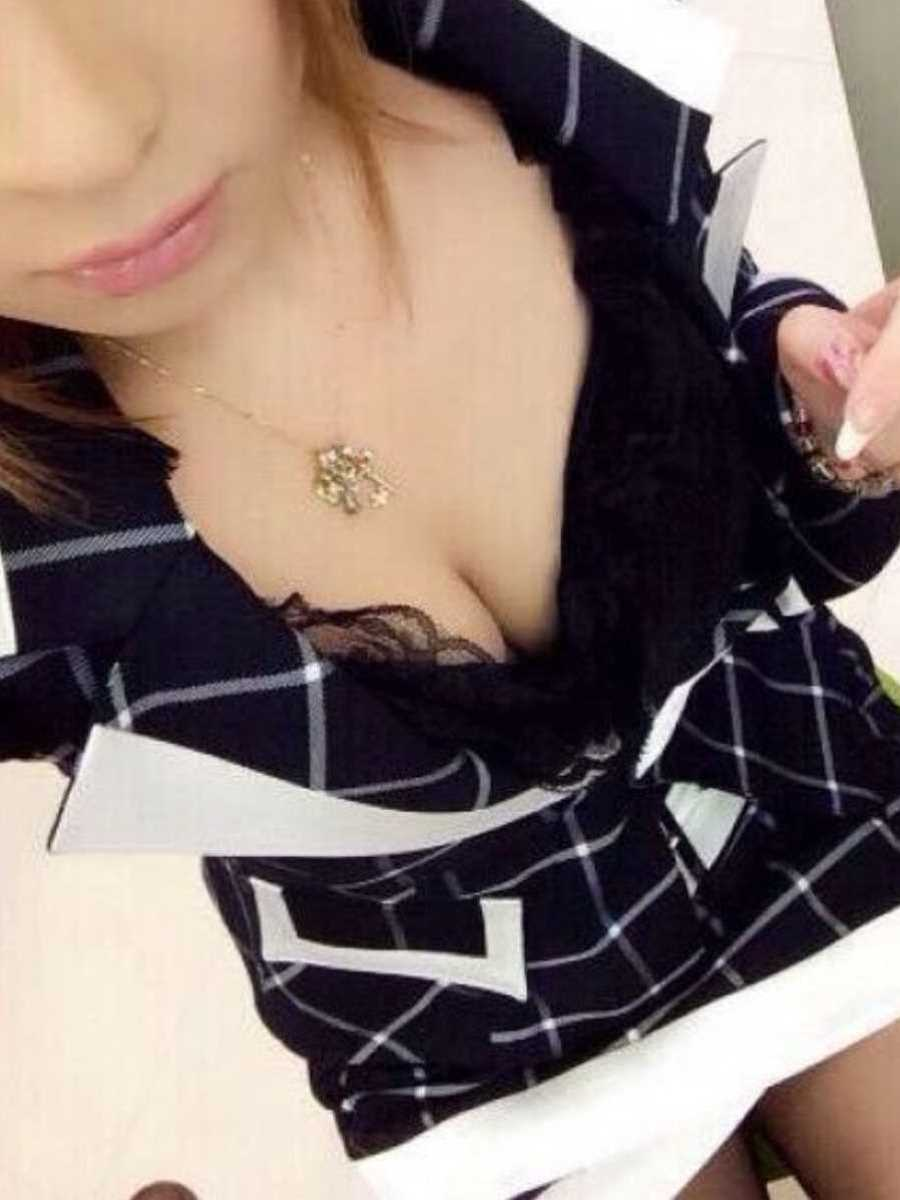 キャバ嬢 胸チラ エロ画像 98