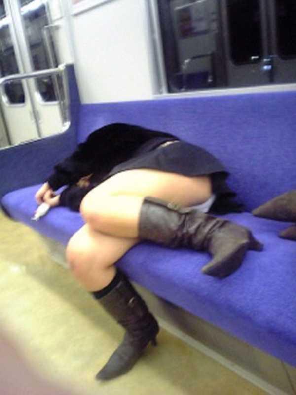 寝転びパンチラのエロ画像 11