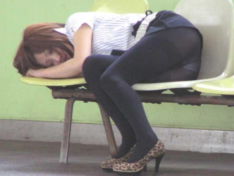 寝転びパンチラのエロ画像 29