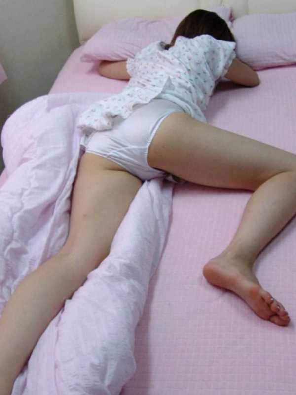 寝転びパンチラのエロ画像 31