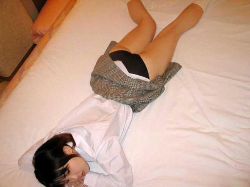 寝転びパンチラのエロ画像 37