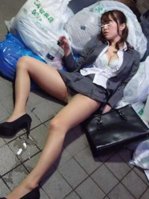 寝転びパンチラのエロ画像 81