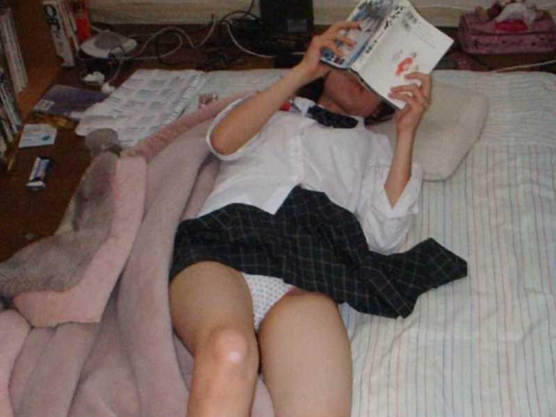 寝転びパンチラのエロ画像 104