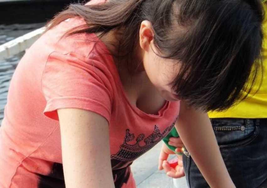 巨乳の胸チラ画像 11