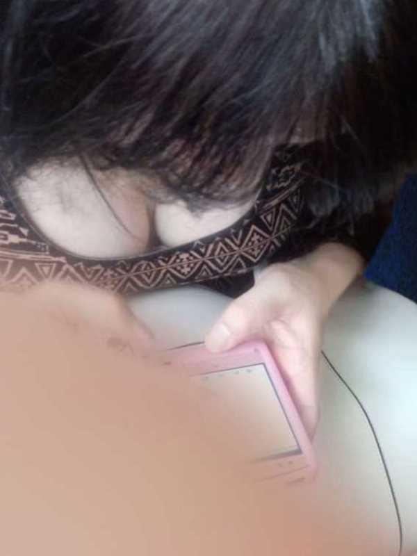 巨乳の胸チラ画像 89