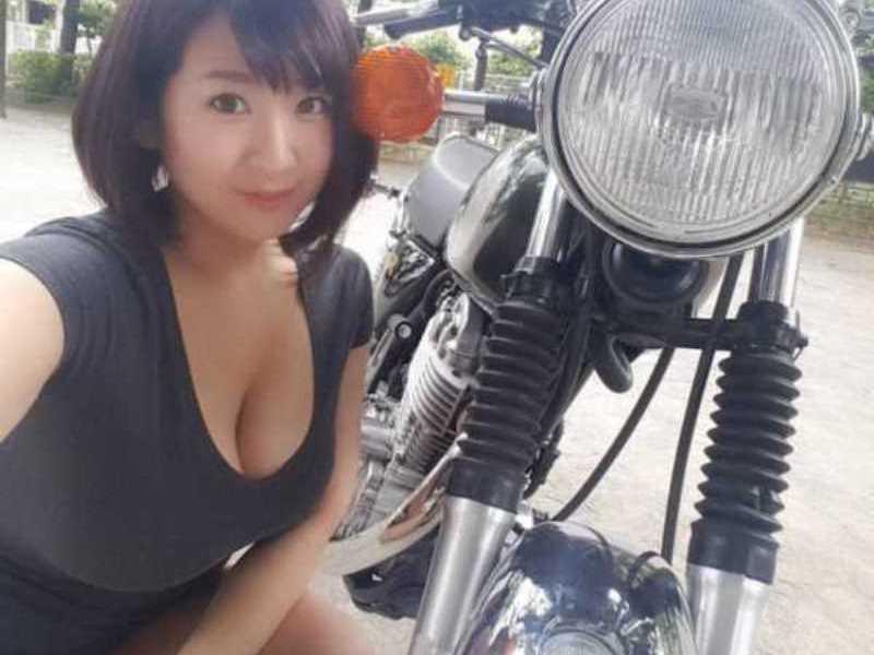 巨乳の胸チラ画像 103