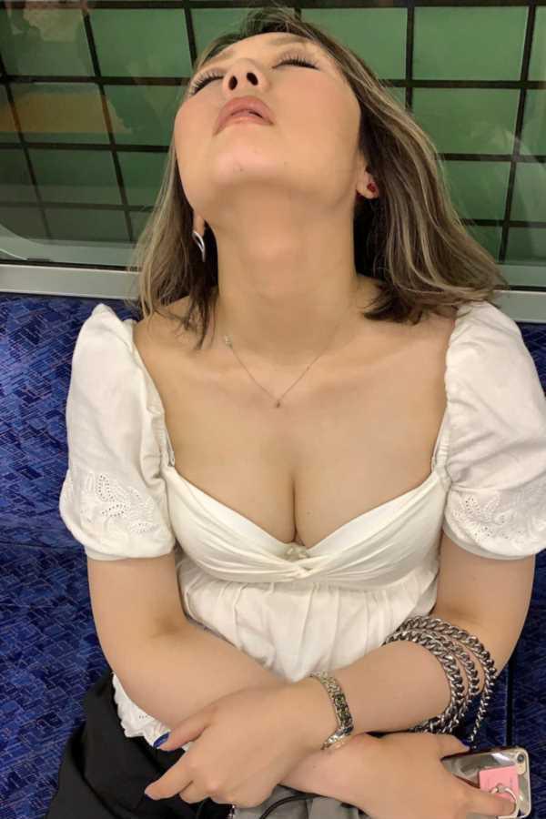 巨乳の胸チラ画像 107