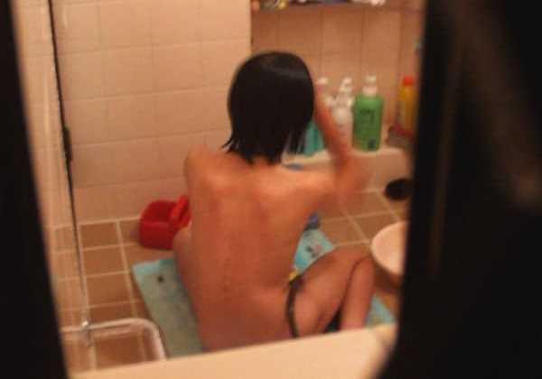 素人宅の風呂場を覗いてみたエロ画像 1