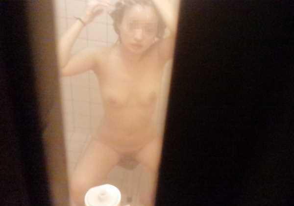 素人宅の風呂場を覗いてみたエロ画像 2
