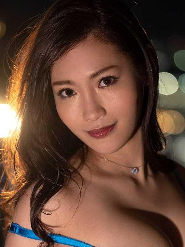 スレンダー巨乳美女 黒谷咲紀 エロ画像 1