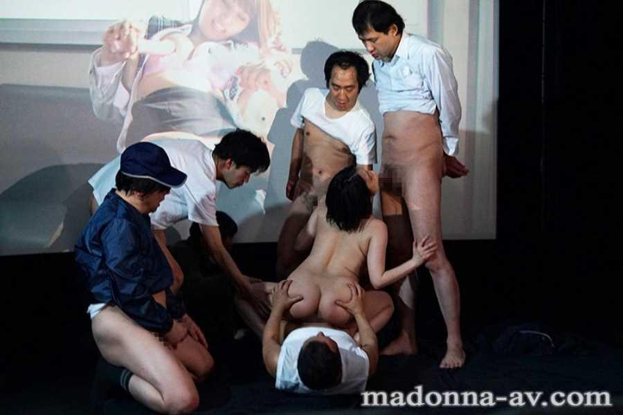 ポルノ映画館の輪姦セックス画像 7