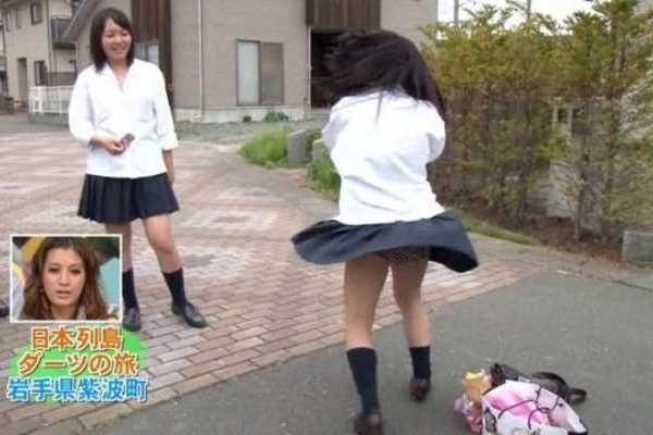 ダーツの旅 女子高生 パンツ丸見え エロ画像 1